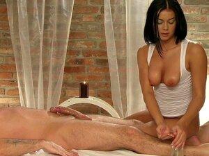 Ölige Massage verwandelt sich in Vierer mit vollbusiger Brünette und zierlicher Masseurin