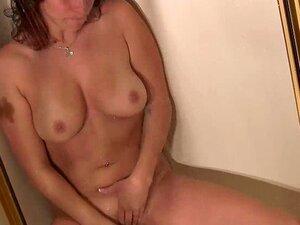 Chihiro Kitagawa wird unter der Dusche geil und spielt mit ihrer Muschi