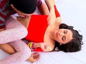 Extra flexible Teenager Lucy Doll fickt großen Schwanz unverschämt