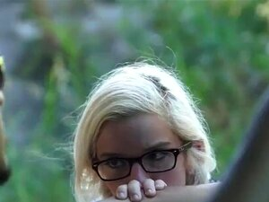 Skinny Blonde Brille gefickt