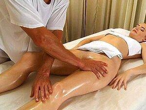 Jungfrau Vera bekommt eine sinnliche Ölmassage-Therapie von einer erfahrenen jungen Masseurin