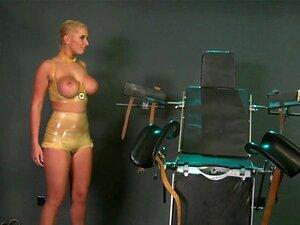 Sklavenschlampe in Latex nimmt grobes Faustfick vom Meister ab