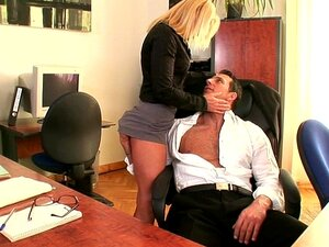 Schwarzer Boss fickt vollbusige Sekretärin Ariella Ferrera in seinem Büro