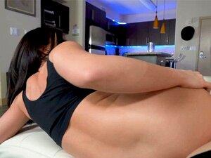 August Ames nimmt Sperma auf ihre D-Cups, nachdem sie einen Schwanz bekommen hat