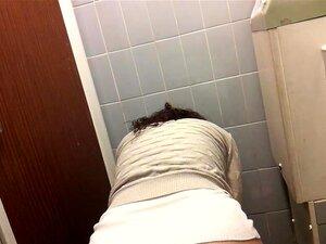 Männer pissen in Toiletten Bilder