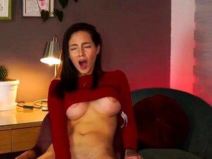 Sexy Camgirl reitet Dildo