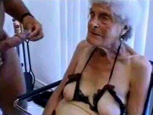 hässliche Oma bekommt ihre uralte behaarte Fotze besamt