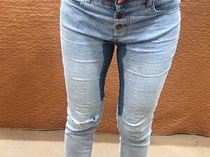 Mädchen pisst verzweifelt in die Hose